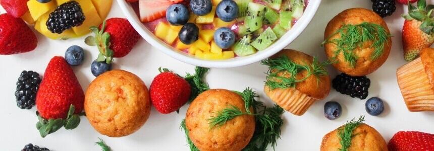 Muffins und Obst als Bestandteil des Baby-led weaning.
