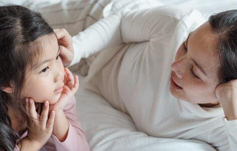 Zuhören ist wichtig, um die Eltern-Kind-Beziehung zu stärken.