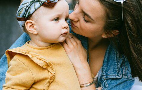Mama mit Kind, die sich gerade über Erziehungsfragen unterhalten.