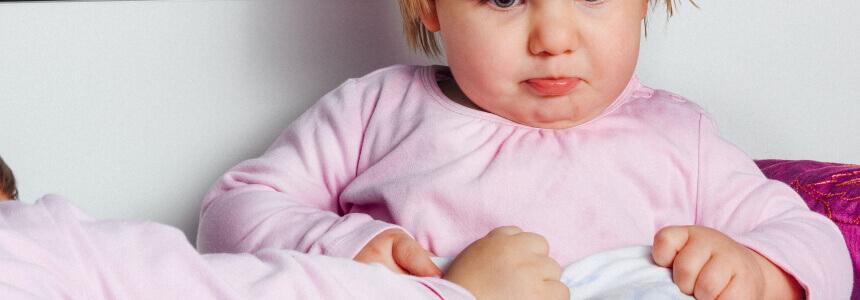 Schmollendes Mädchen das vielleicht in der Trotzphase ist.