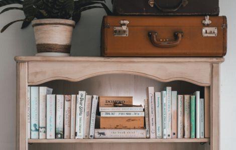 Bücher im Regal, die Wissen für Eltern enthalten.