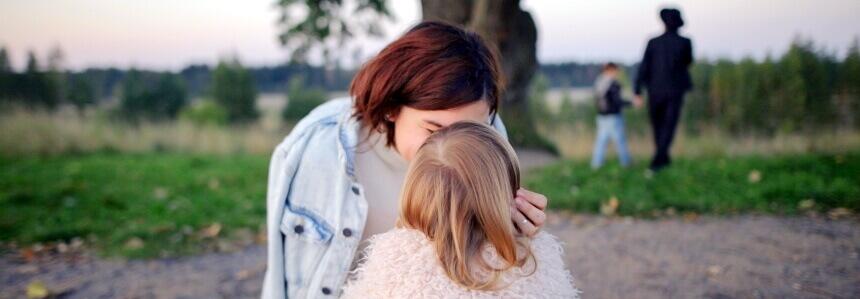 Mama die ihr Kind streichelt. Erziehen ohne Schimpfen